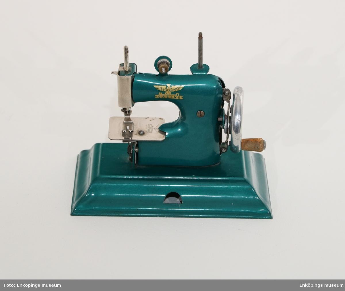 En grön leksakssymaskin, nålen är trasig.