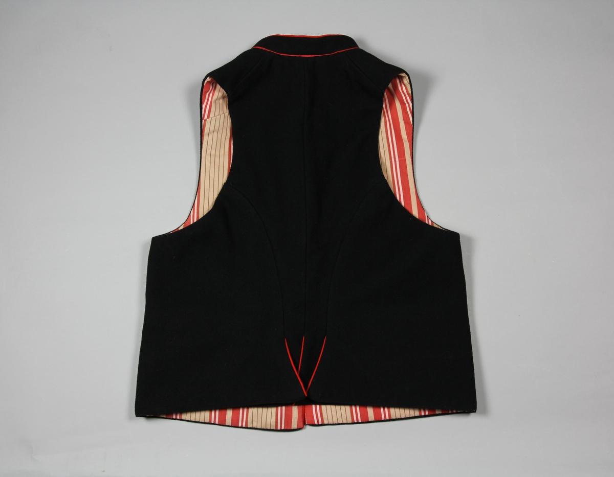 Väst till Leksandsdräkt för man. Av svart kläde med röda passpoaler. Västen har en ståkrage och utanpåliggande ficklock. I ryggen ett skört. Fodret är ett äldre randigt bomullstyg i rött, rosa och brunt. Västen stängs med hyskor och hakar.
