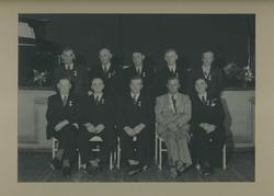 Gruppebilde av 10 menn dekorert med Det Kongelige Selskap fo