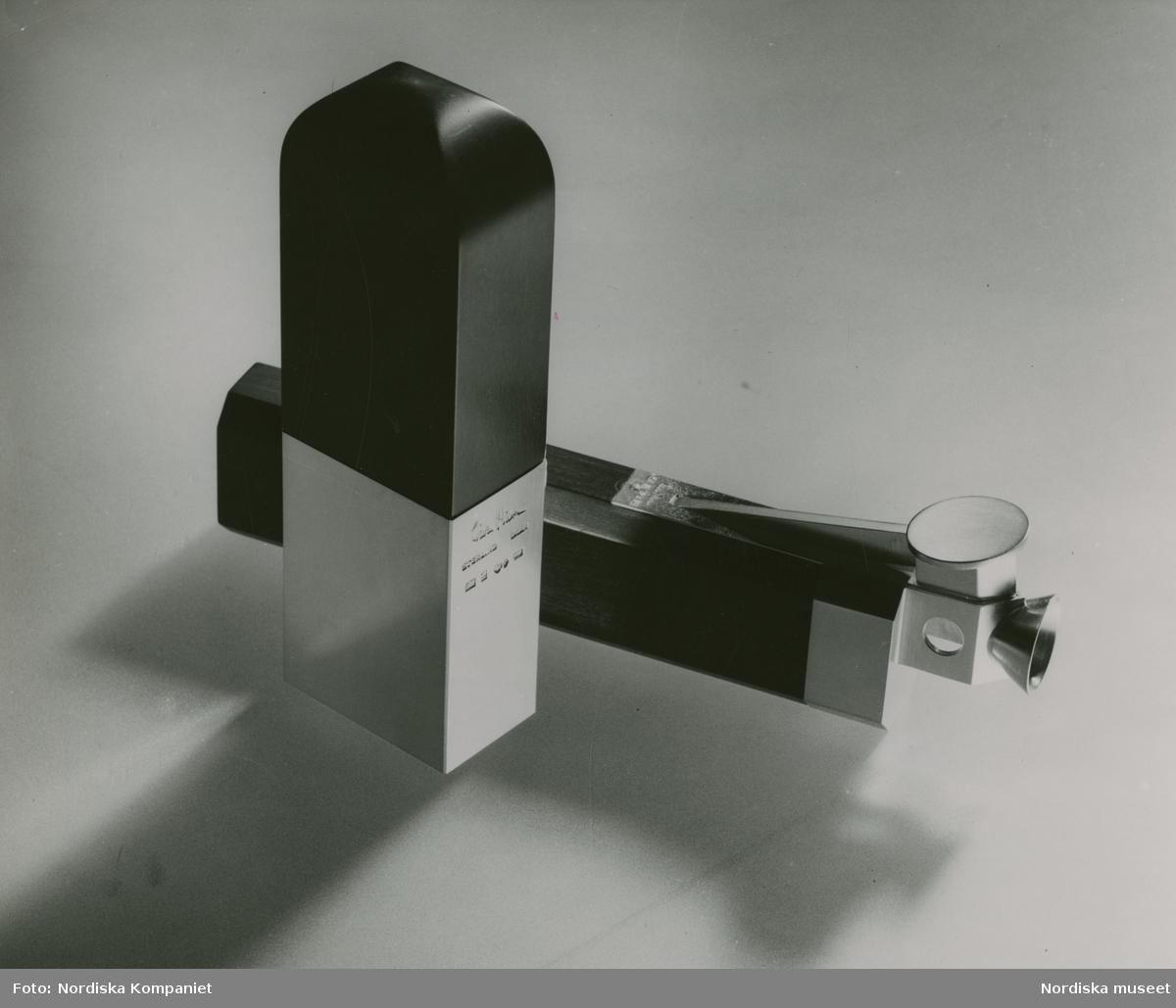 """Parfymbehållare, delvis i silver, signerad Wiwen Nilsson. Nordiska Kompaniet. Text med blyerts på baksidan: """"Wiwen Nilsson Nov 1941."""""""
