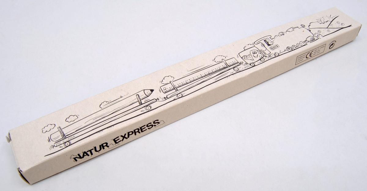 Pennset bestående av fodral, linjal, blyertspenna, sudd och pennvässare.  (1) Fodralet är av brun-grå kartong. På framsidan finns en bild av ett lok med två vagnar som transporterar en linjal och en pennvässare. Motivet är tryckt i svart.  (2) Suddet är brunt och rektangulärt.  (3) Linjalen är av beige trä och mäter från noll till 30. Varje centimeter är utskriven med siffror medan milimetrarna är markerade med sträck. Siffrorna och sträcken är tryckta i svart.  (4) Pennvässaren är av beige trä, medan kniven är av silverfärgad metall.   (5) Blyertspennan är av beige trä.