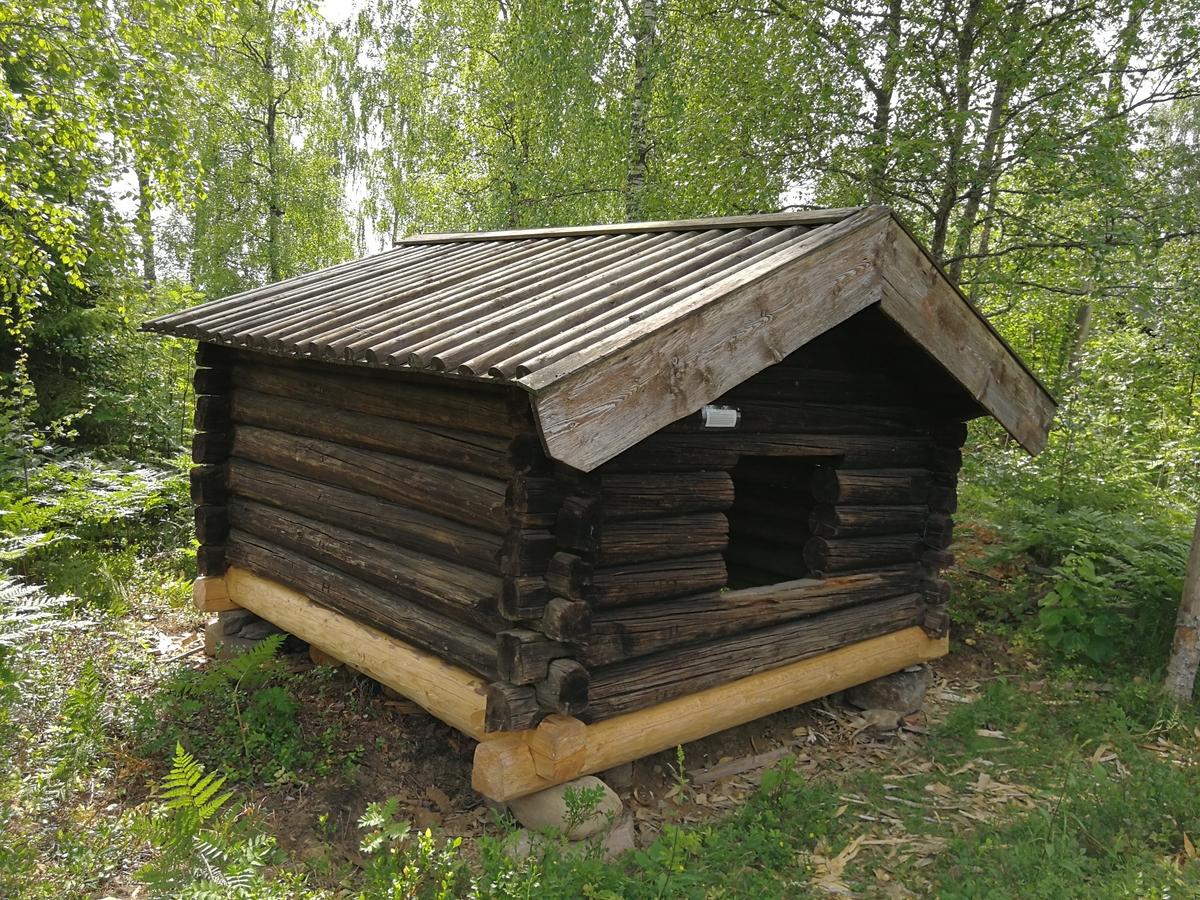 Høybu fra Ørbekkvangen. Flyttet i 1963.