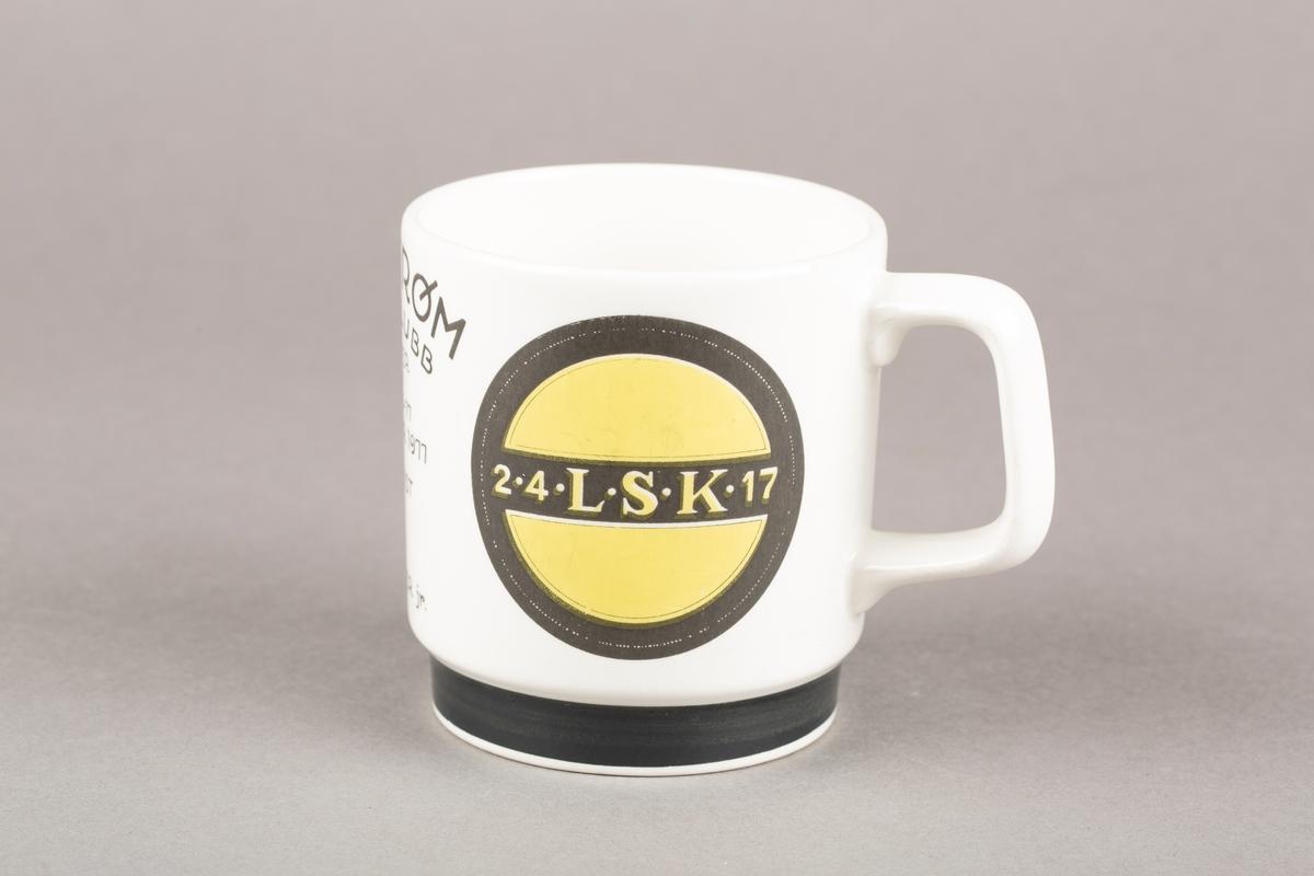 Krus med hank med LSK-logo og tegning av to pokaler.
