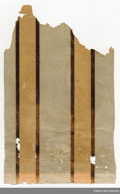KLM 46318:3:7. Tapet, av papper. 2 st bitar. Tryckt mönster med lodräta streck i svart och orange färg på ofärgad botten. Den ena biten har en stämpel på baksidan från tapettillverkaren Victor Björklund, Stockholm.