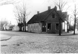 Hotellet Strandbaden eldhärjades maj 1958.  Se mera om Stran