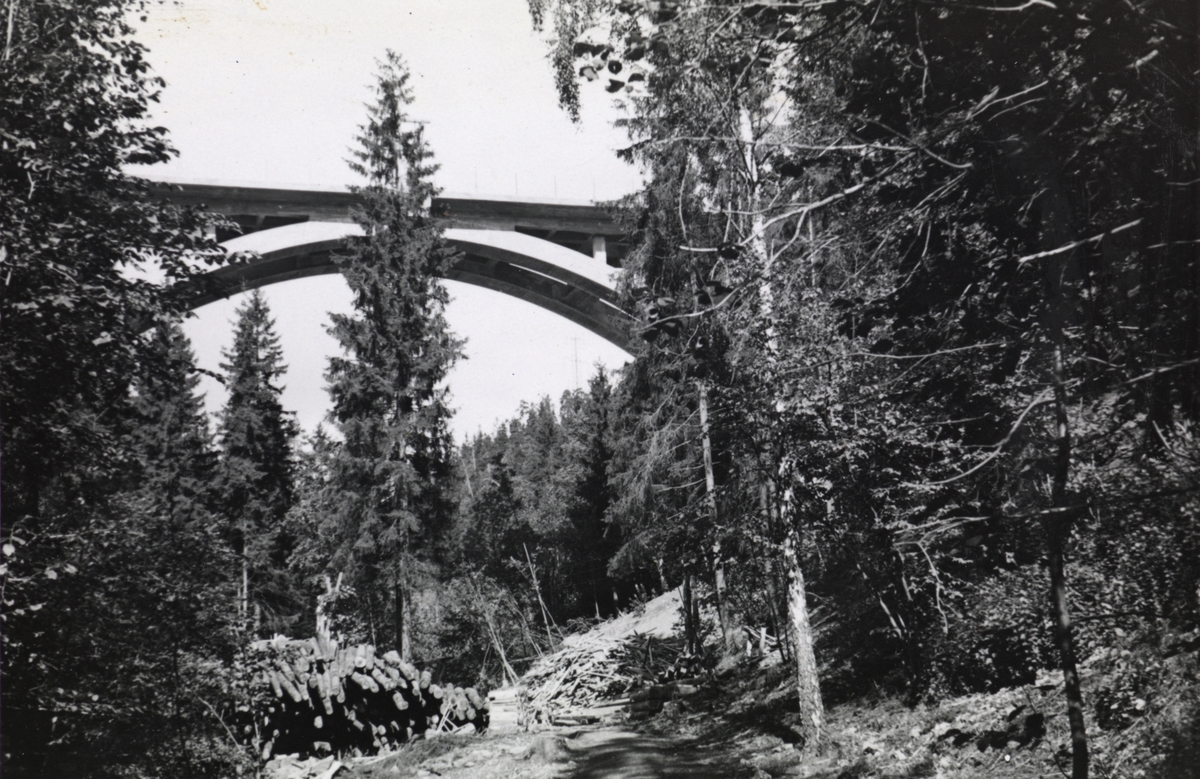 Fra byggingen av banen mellom Lysakerelven og Sørbyhaugen, bru over Lysakerelven