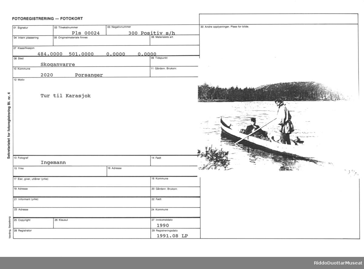 Elvebåt med to menn på innsjø med skog og berg i bakgrunnen. Én sittende med pipe i  munnen, den andre (koftekledd) stående med stake i hånden.