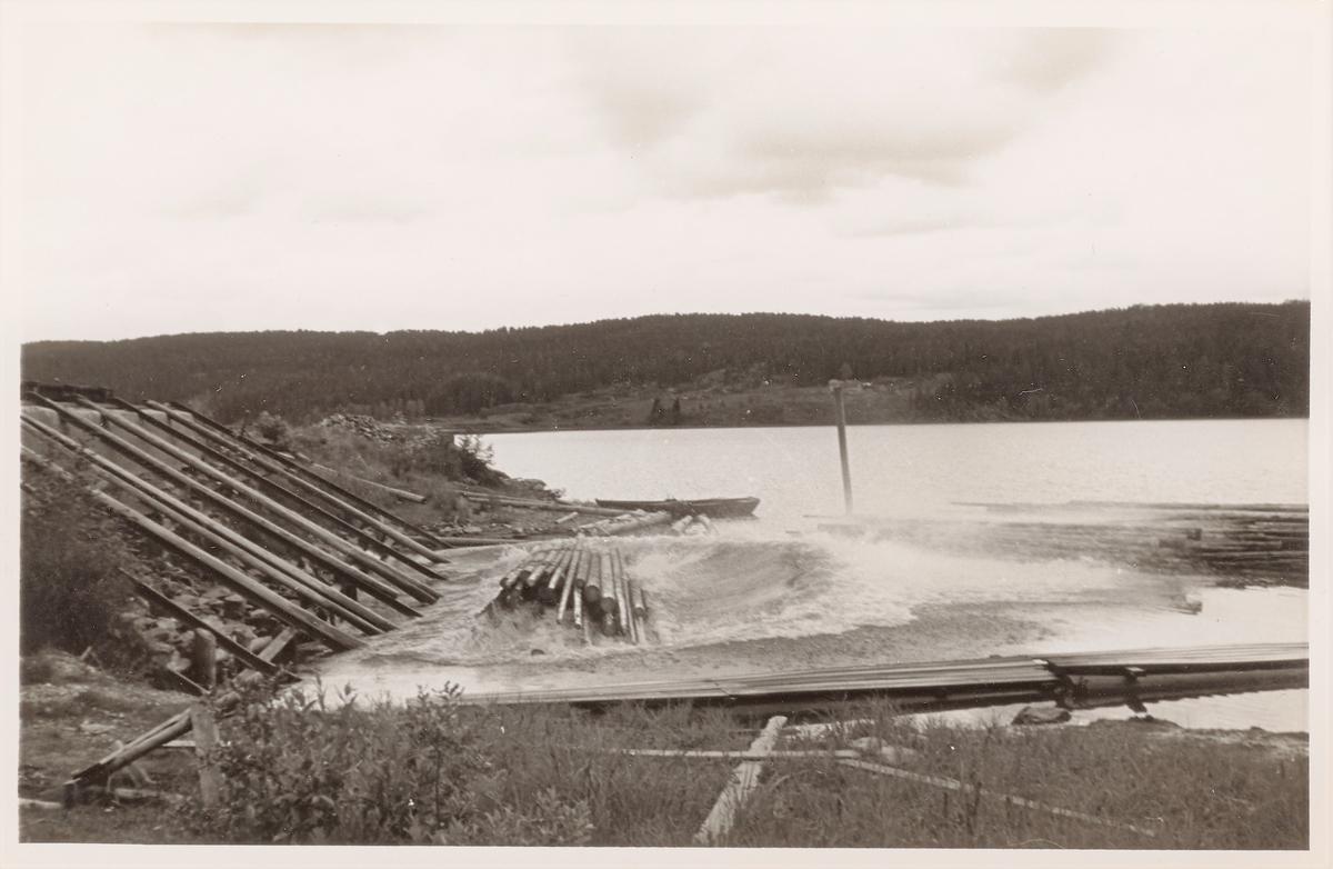 Lossing av tømmer på Skulerud brygge