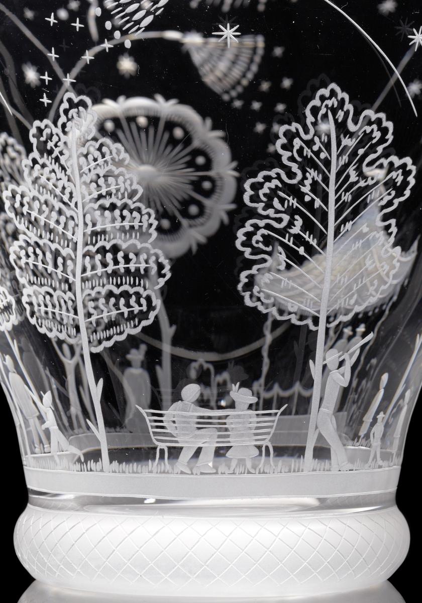 """""""Fyrverkeriskålen"""" av Edward Hald. Trattformad större skål med graverat motiv bestående av en himmel fylld av fyrverkerier över en glest beskogad festplats fylld med människor och ett tält."""