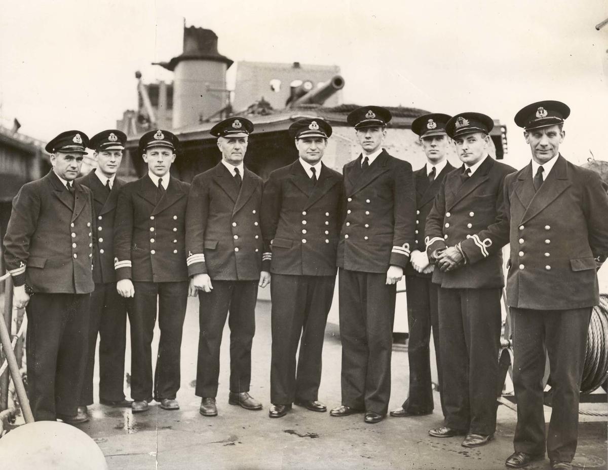 """Jageren """"Sleipner"""", offiserer 1941. Horve i midten, Kjeholt på hans venstre side."""
