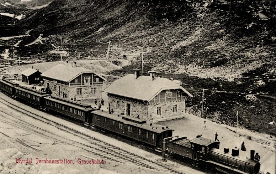 Damplokomotiv type 21 med persontog fra Bergen til Oslo Ø på Myrdal stasjon.