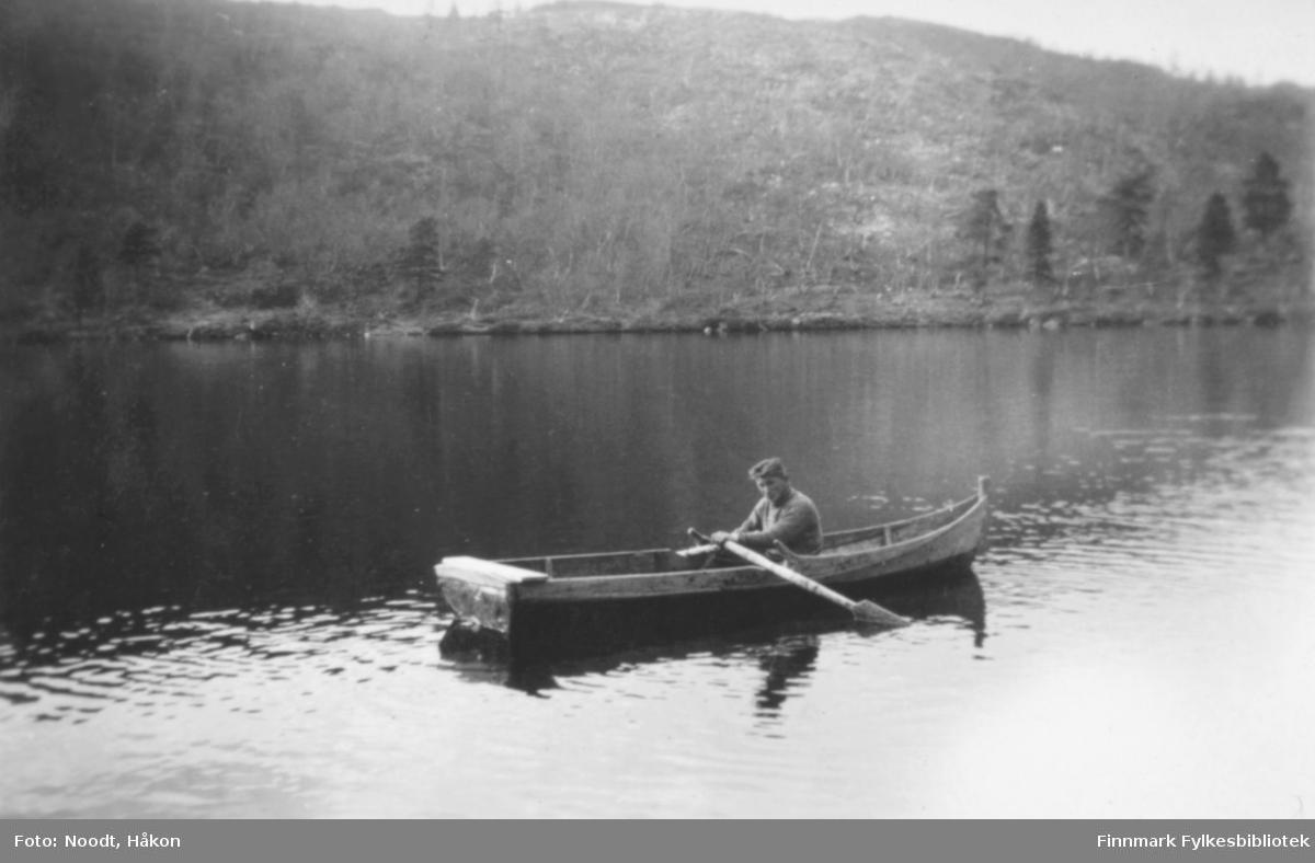 En mann i jolle eller robåt. Stedet er Stellingvann i Porsanger og året er 1938.