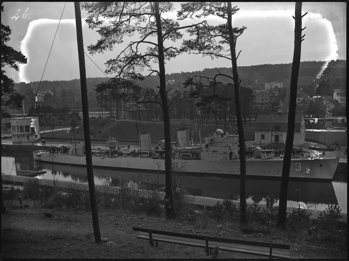 Bygget av Södertälje kanalverk. En jagare passerar genom kanalen.
