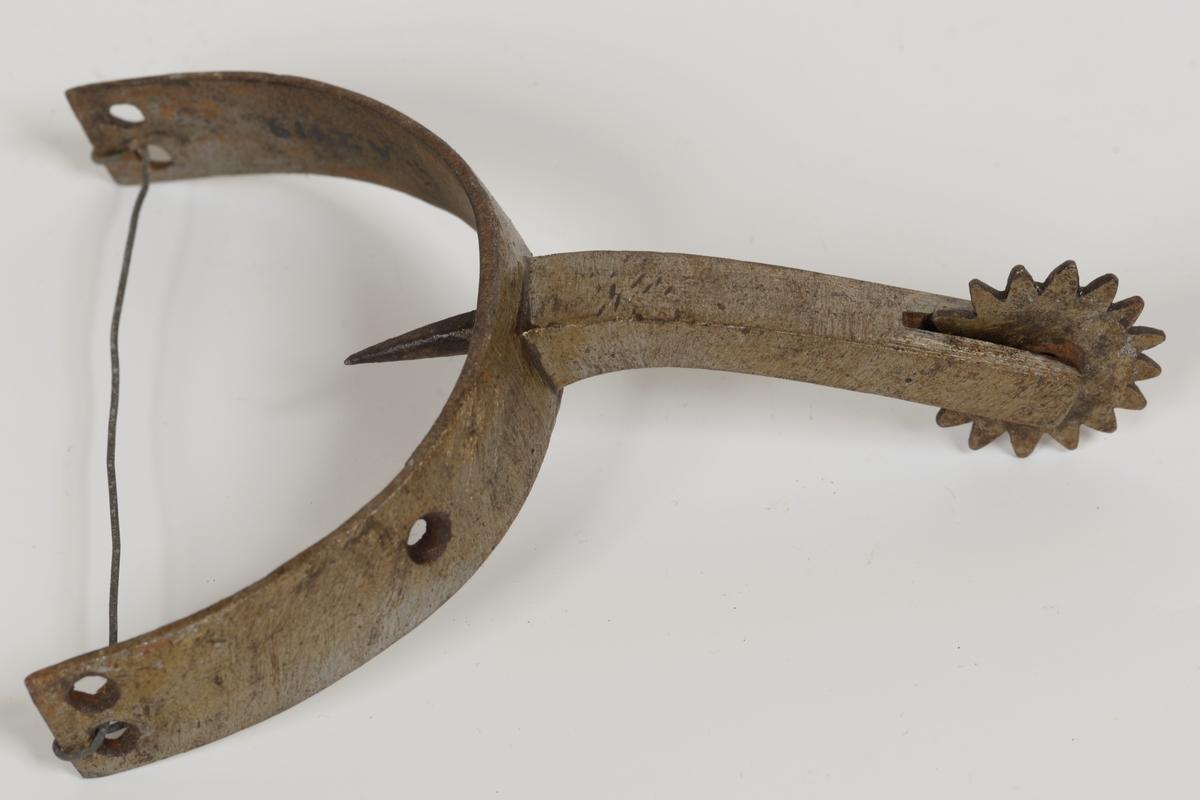 Form: Trinse, pigg inne i halvsirkelen