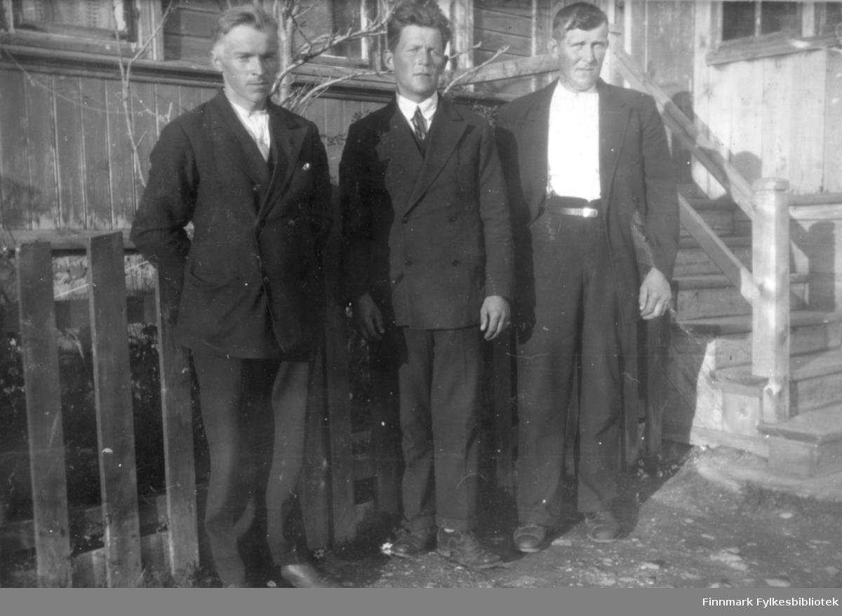 Tre menn foran havnefogd Nilsen sitt hus i Salttjern. Bildet er tatt før krigen.