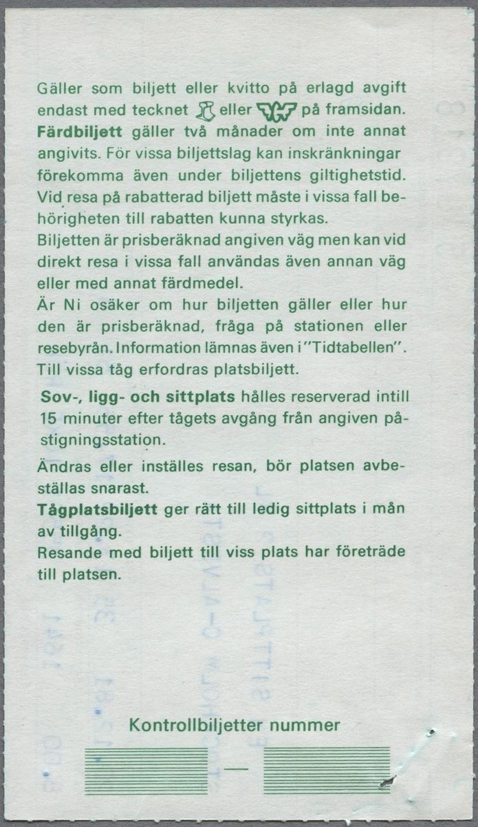 En biljett med två bilagor: En sittplatsbiljett med 100 procent rabatt i 2.a klass för sträckan Stockholm C till Alvesta. Avgångstiden är 13.22 och ankomsttiden är 17.55. Biljettens pris är 0 kronor. Längst upp till vänster finns en häftklammer. På baksidan finns reseinformation i grön text.  En sittplatsbiljett i 2:a klass för sträckan Stockholm C till Alvesta. Avgångstiden är 13.22 och ankomsttiden är 17.55. Biljettens pris är 8 kronor. På baksidan finns reseinformation i grön text.  Ett bevis för avbeställning av en sittplats. Avbeställningen gjordes 1981-12-14 klockan 11.54. På baksidan finns reseinformation i grön text.