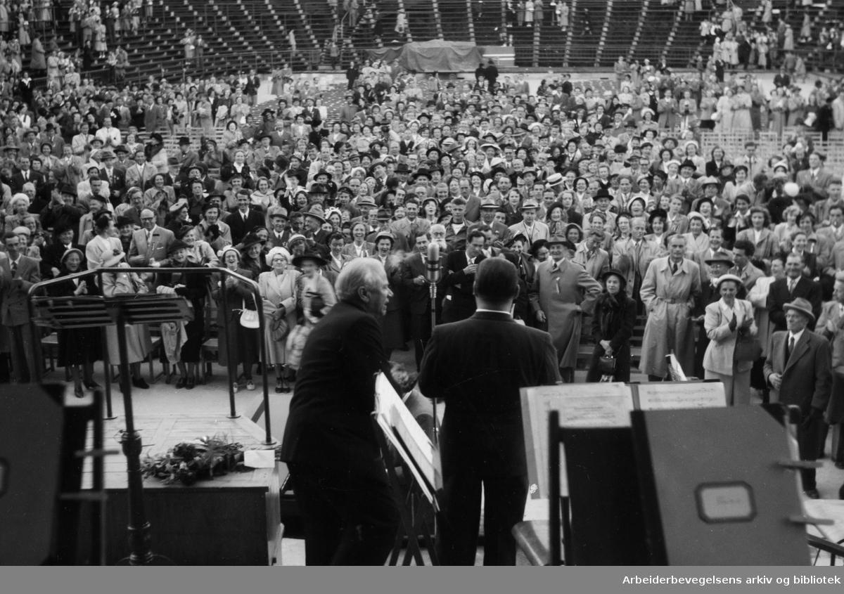 Jussi Bjørling synger på Jordal Amfi. 17. Mai 1952. Konferansier Finn Amundsen til venstre.