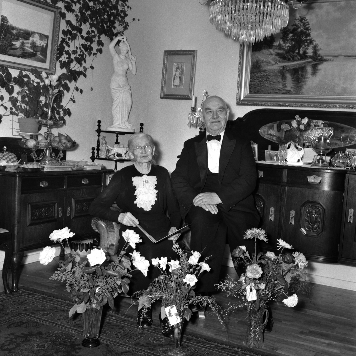 Herr Carl Lundberg. Apelgatan 13 den 28 december år 1952.   Gruppbild. Porträtt. Firande. Fest. Interiör. Par. Man och kvinna.   Extern info på kuvert: Carl Lundborg apelgatan 13.
