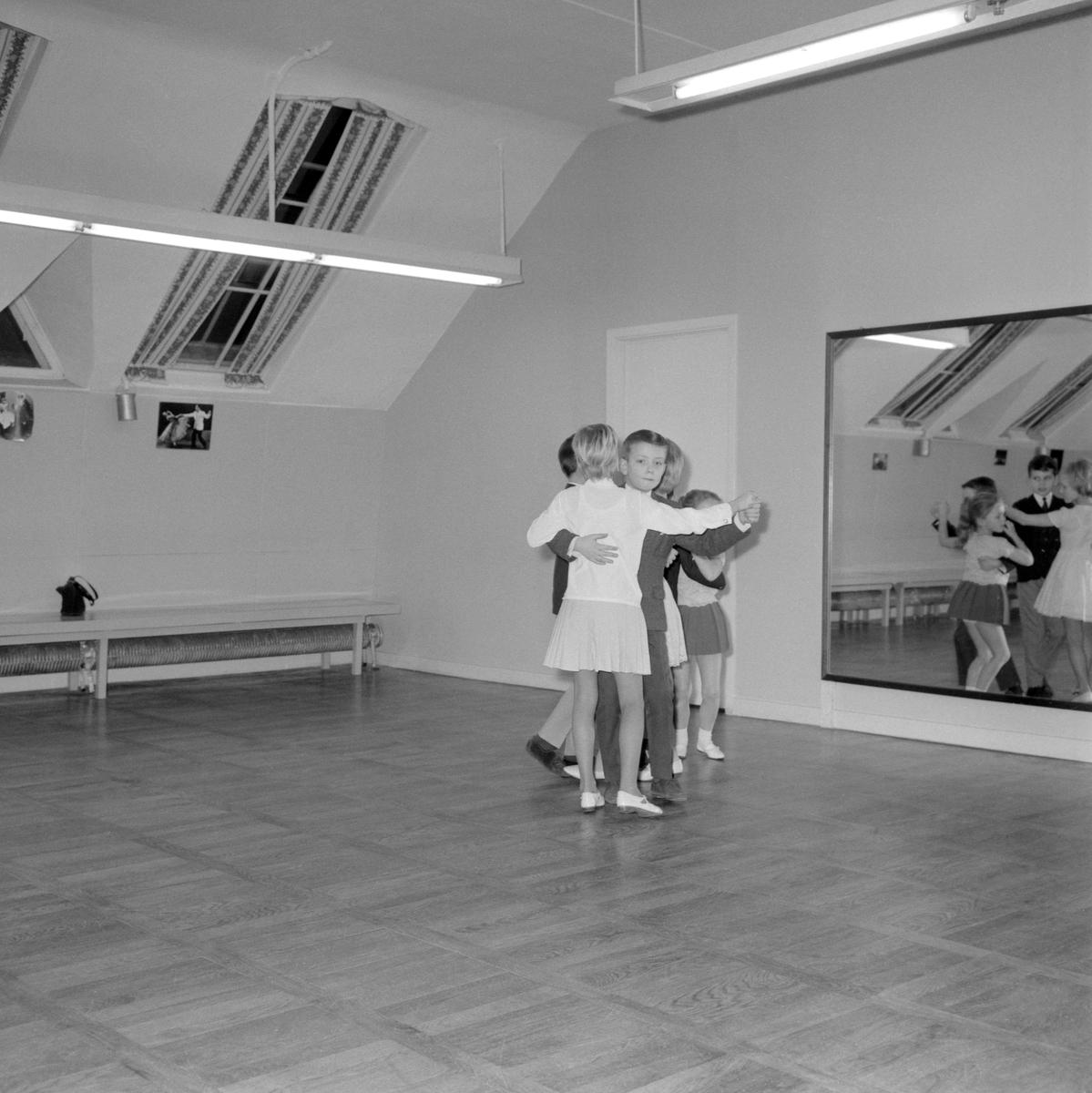 Interiör från Rune Lagers dansinstitut i Norrköping. Från 1952 drev Rune Lager sin populära dansskola i lokaler vid Tunnbindaregatan. Under dans-Em 1970 träffade han sin blivande maka, danskfödda Ea, och tillsammans kom de att driva skolan vidare till år 2002.