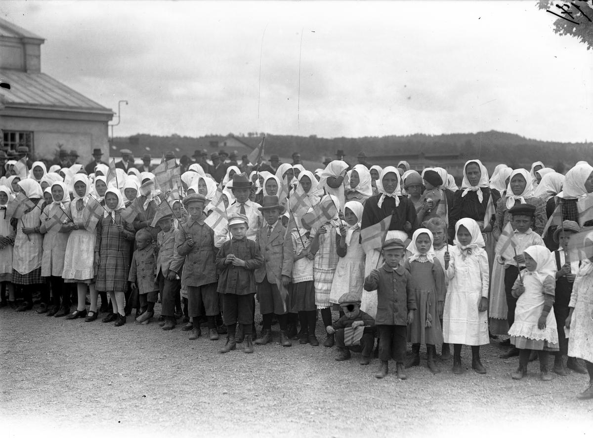 Svenskbybornas barn och kvinnor på kasernområdet på Ryhov i Jönköping 1929.