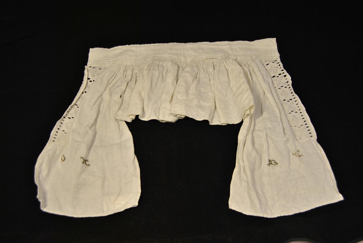 Halvskjorte beståande av ei halslinning, bakstykke og to framstykke.Bolen er rynka til halslinninga.Bakstykke og framstykke er utforma etter rektangulære delar og sydde saman. Hekla løpeband og mogleg kjøpeblonde i halslinningen. Åpen i front.