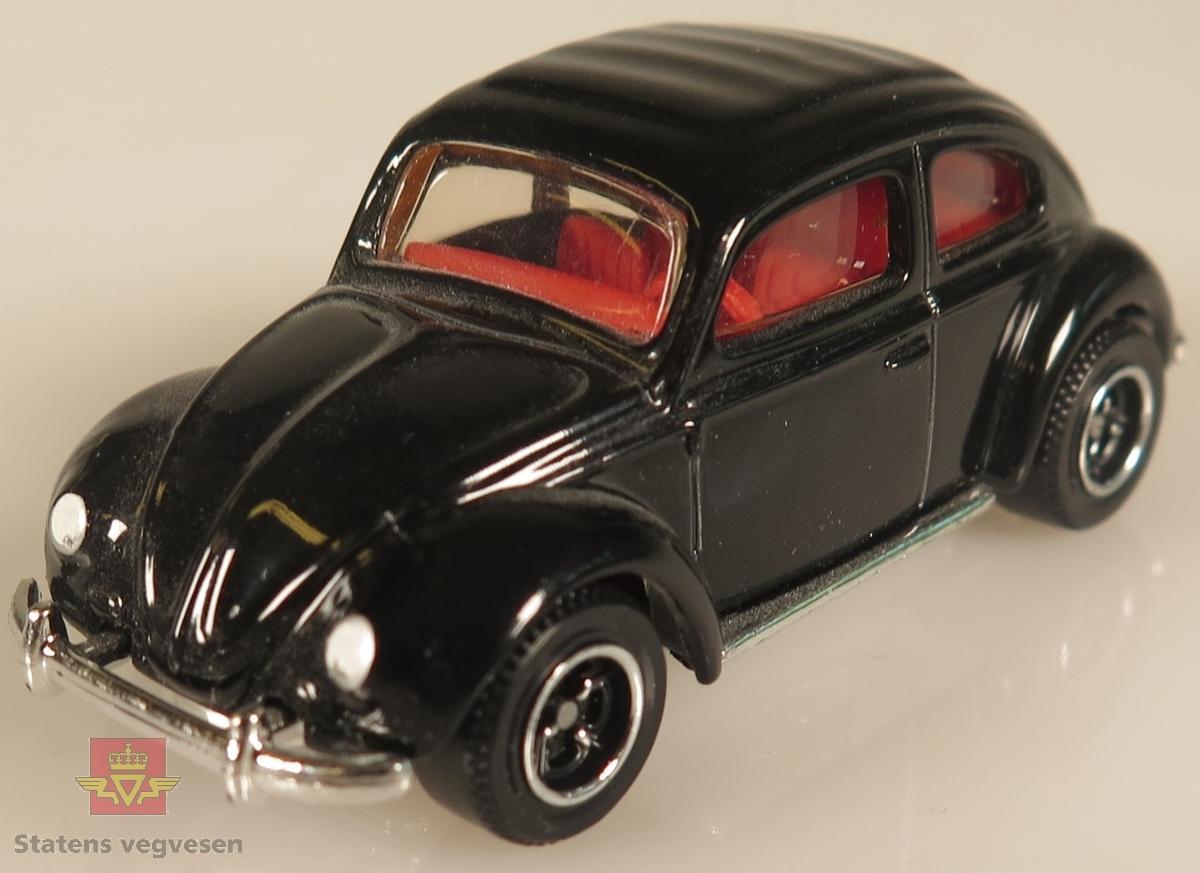 Modellbiler av Volkswagen Beetle, hele seks av modellbilene er farget rød mens de to siste er farget svart.