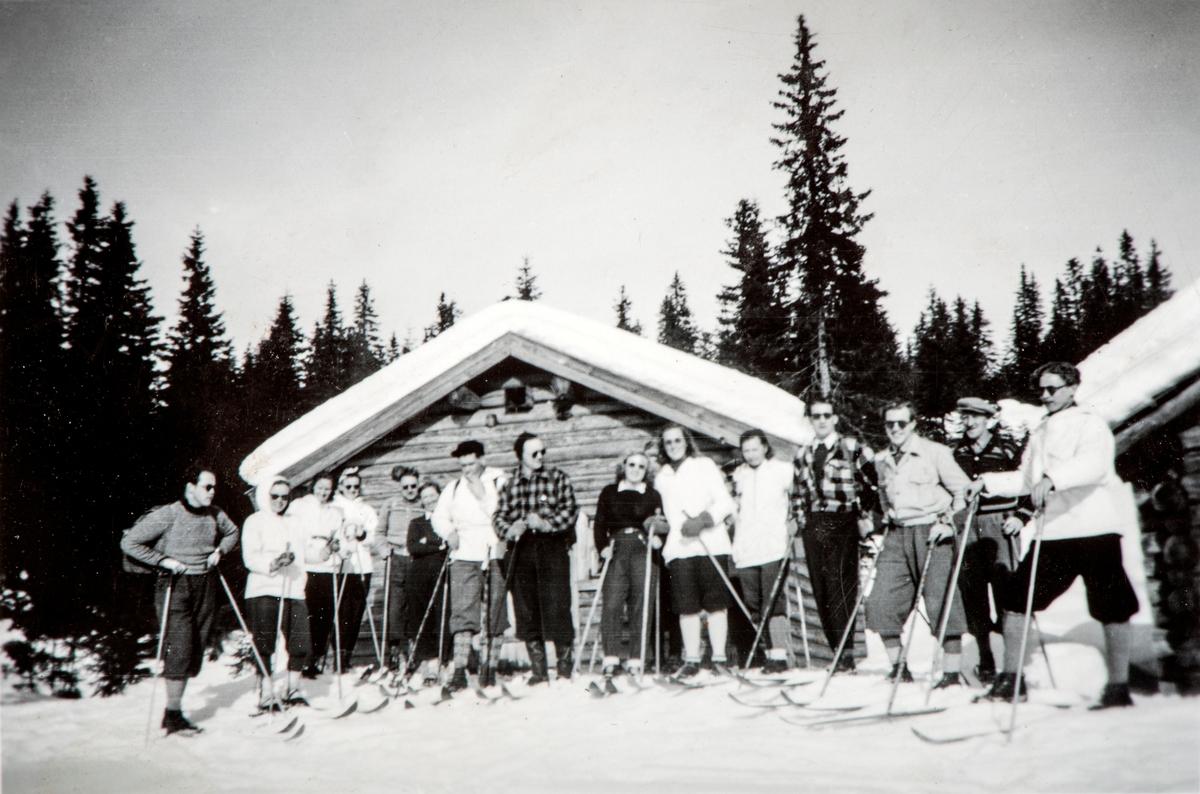 Romedal bygdeungdomslag på skitur 16. mars 1952. Skituren gikk fra Grasberget- via Busvolsætra og til Malungen.  Navn på alle deltagere, se bilde nr 2.