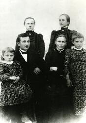 Foran fra venstre: Jørgine Petersen, Ole Laurits Petersen, J