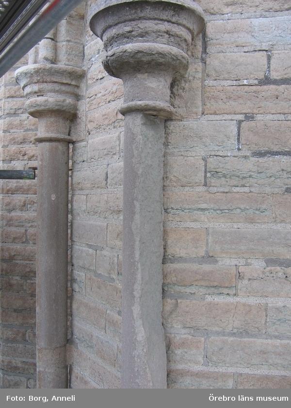 Renoveringsarbeten av tornfasader på Olaus Petri kyrka (Olaus Petri församling).Halva kolonnskaftet är borta, östra tornet.Dnr: 2008.230.065