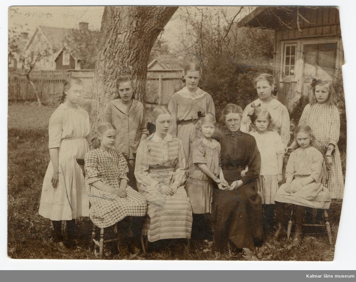 Anna Severina Peterson med barnhemsbarn i Kalmar.