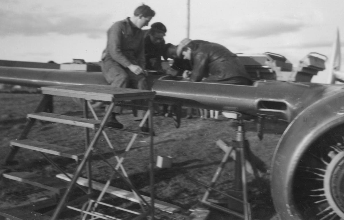 Flygmekaniker i arbete med reparation av vinge på flygplan Saab B 18 efter haveri vid Fyllebro utanför Halmstad, 1940-tal.
