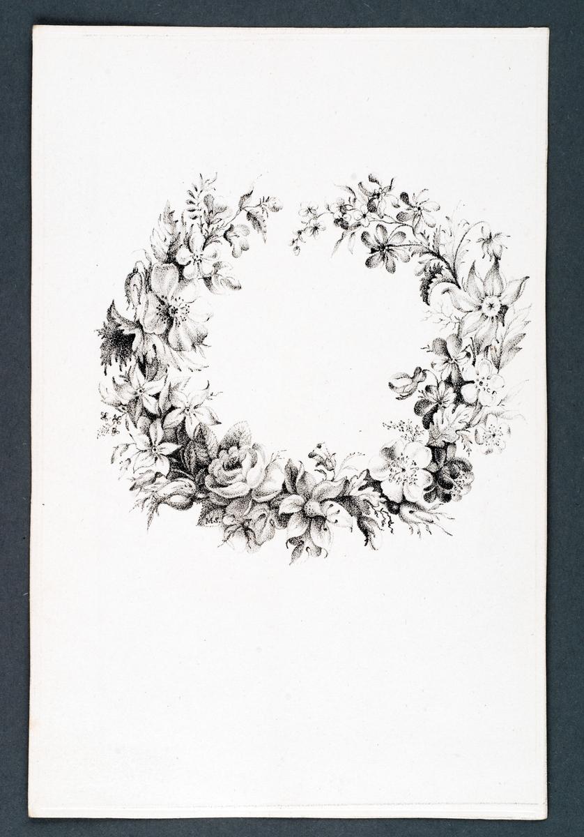 """Mönsterblad eller mönsterkort i blått kuvert. Kuvertet viks ihop. Åtta blad med mönster med olika blommor, smultron och frukt, i korgar, insekter m.m.  Inne i kuvertet är det skrivet med bläck: """"Några blad ur vår Mormors Fru Maria Schenson """"Ritkurs för Ungdom"""".  Text på kuvertet: Ritningar för ungdom Stockholm. Tr hos Gjöthström & Magnusson"""