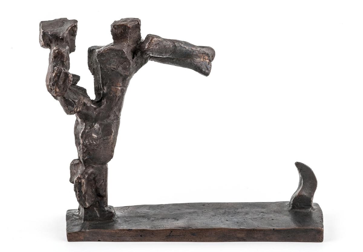 """""""Gestalt i storm"""", bronsskulptur av Bror Marklund. Skulpturen är en av 100 exemplar utförd som skiss till konstnärens monumentalskulptur med samma namn, rest i Trelleborg. Den visar en människogestalt med endast antydda individuella drag, lutad framåt såsom en flyende eller en som går mot hård vind. Sk"""