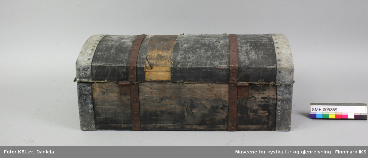 Denne rektangulære kisten er svært solid, har et buet lokk og et bærehåndtak på hver kortside. Korpuset og kantene er forsterket med metallbånd. Kista har et låsbeslag for bruk med hengelås. Lokket er belagt med impregnert lerretstoff. Kista har vært svart beiset.