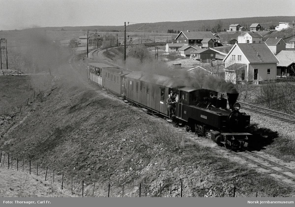 Urskog-Hølandsbanens damplokomotiv XXVII nr. 4 Stskogen med persontog ved Fyen