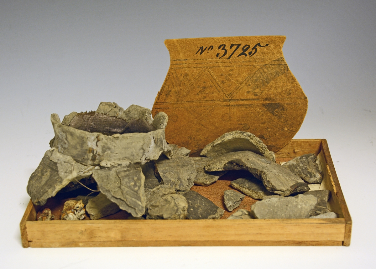 Fra protokollen (J. S. Munch, 1952):  Leirkar, fragmenter, som det synes et meget fint kar med kuleformet nederdel, kort litt utsvinget hals og trang munning. Formen skulle da bli å sammenlikne med Bøe: 1. c, fig. 236 (se også fig. 193). Hele nederdelen fra hals til bunn er dekorert, og orneringen består av flere vinkeborder, begrenset av omløpende linjer, og oppdelt i felter av små groper, samlet i grupper på 3 stykker. Størrelsen lar seg ikke sikkert fastslå. Om funnet som helhet: Funnet samlet i en grav, ellers ingen opplysninger. Datering: Folkevandringstid, første halvpart av 6.årh.