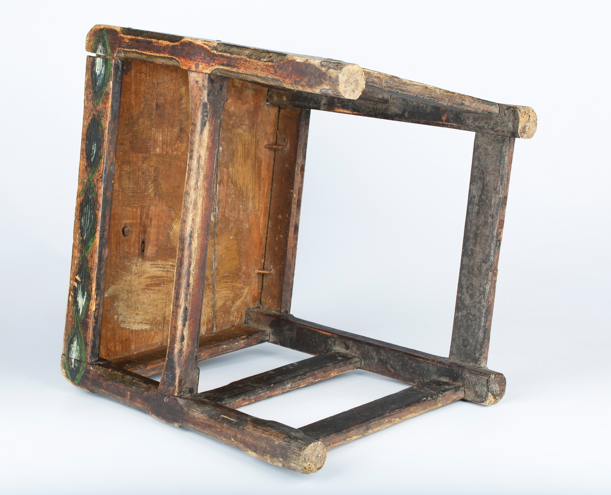Brunsort , enkel og solid stol, bondeempire begynnelsen av 1800 tallet.