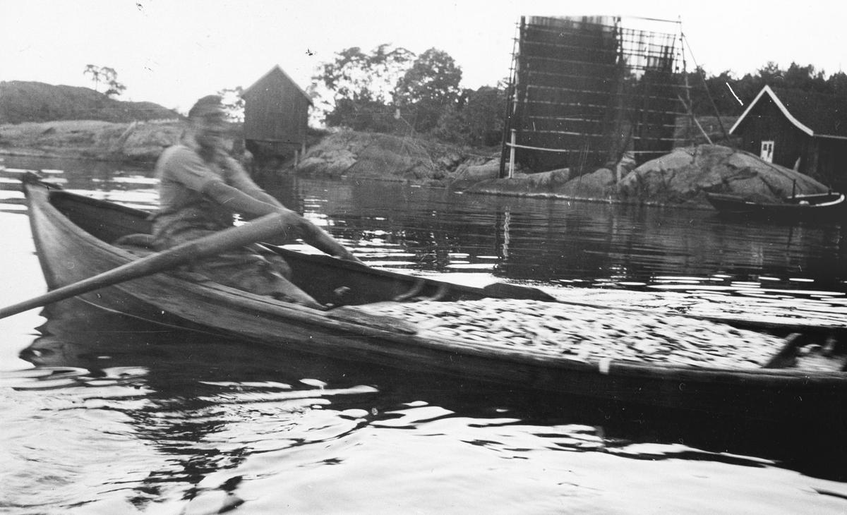 Mann i robåt på fisketur.