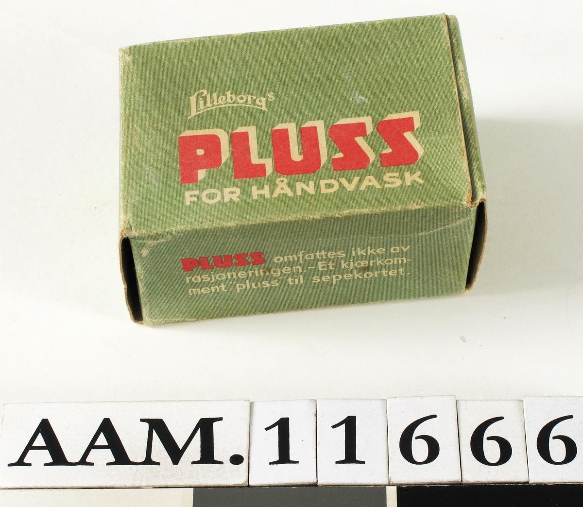 Erstatningssepe, fra slutten av krigen 1940-45.  skurepuiveraktig sepe i lysgrønn eske. Rektang. hvitt sandkornet sepe,  tekst på esken.     Tilstand: den ene ødelagt i lukningen, de andre  utmerket.