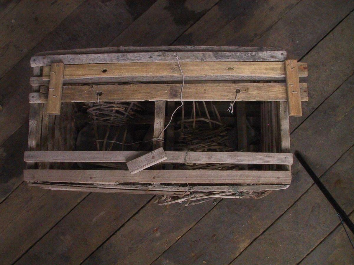 Kasseteine av spiler bygget på trerammer  og er 40 x 75em. To sidekalver.  Vanlig modell kasseteine som avløste den  runde garnteina i 1930 årene på forskjellige  steder langs kysten, men har ikke kalver  av tjæret garn. N Her en kombinasjon av nytt  og gammelt, idet det er beholdt en  Svidd  kalv bygget opp på langliggere, av tynne grankvister.