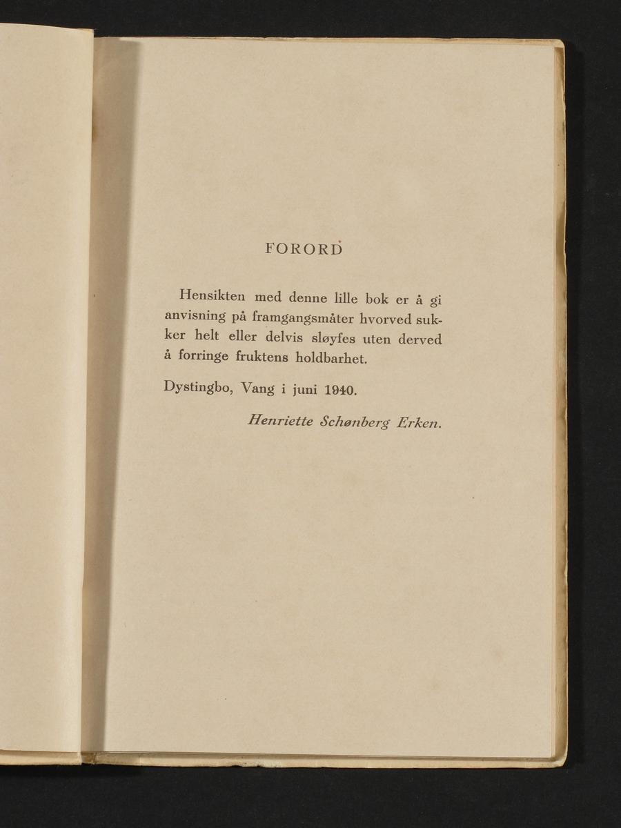 Heftet bok, omslag med rød og sort trykk på gul papp.
