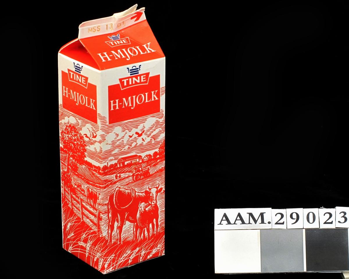 Kartong til melk, mønetype, volum 1 liter. Produsert for Tine. Design kartong 1995 med nynorsk tekst. Norsk jordbrukslandskap motiv rundt 3 av kartongens 4 sider. Varedeklarasjonsfelt med produsent, næringsinnhold og strekkode.