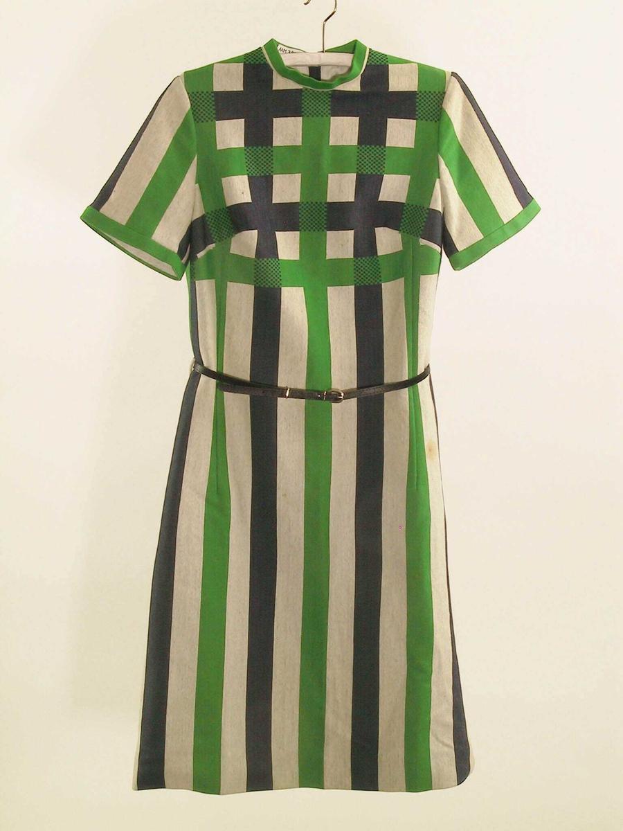 Form: Smal rett-opp-og-ned-kjole med tett halsringning, korte ermer, belte i livet, åpning i ryggen med glidelås.
