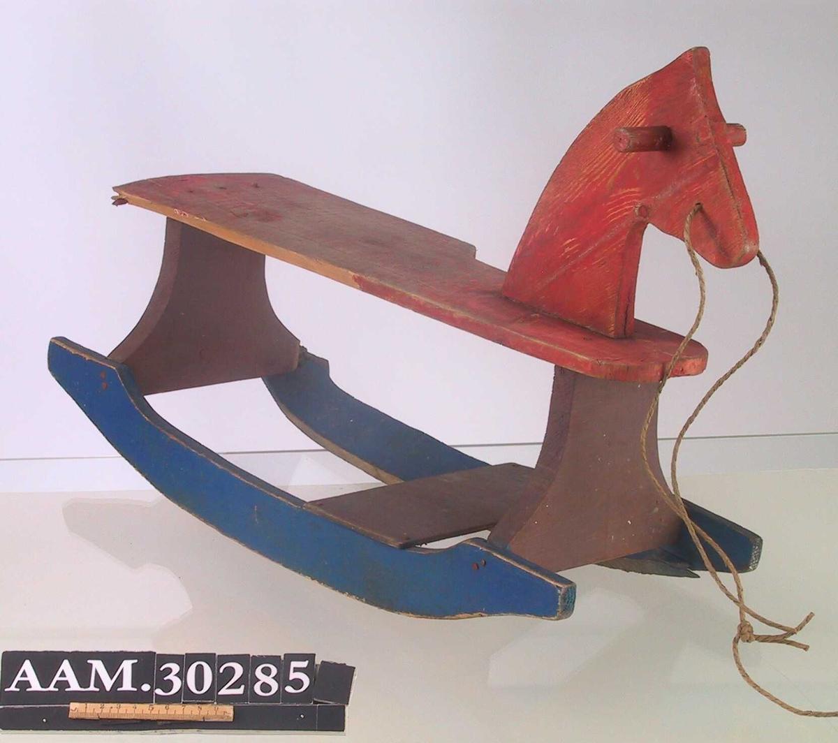 Form: Flat plate til å sitte på, flat hals og hode med håndtak på hver side. Meier med tverrplate til å ha bena på.