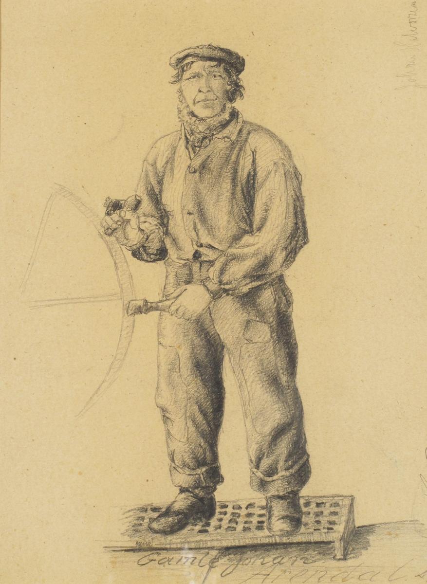 Matros ved ratt på seilskip, iført matroslue, busserul og lappete bukser, står på trallverk.