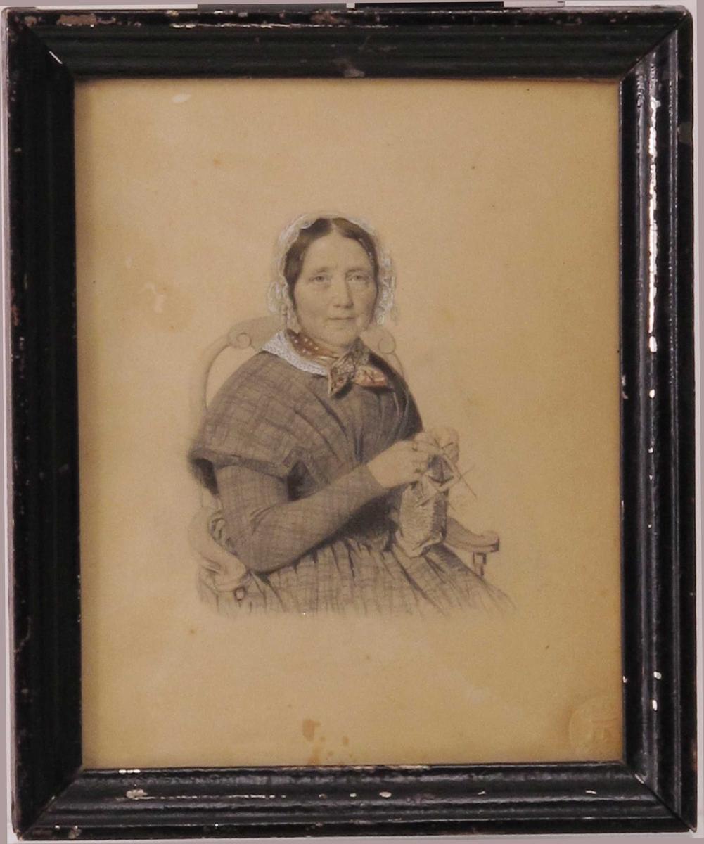 Portrett, middelaldrende kvinne, i halvfigur, sittende i en stol med armlener, med strikketøy, Kroppen litt vridd mot venstre, ansiktet vendt mot betrakteren. Kjole med rutemønster, halstørkle og lett hodeplagg.