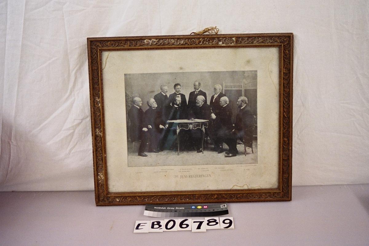 /. juni-regjeringen anno 1905. Herrene . Olssøn, Sofus Arctander, Harald Bothner, Chr. Michelsen, E. Hagerup Bull, Kr. Lemkuhl, J. Løvland, Ghr. Knudsen, Gunnar Knudsen, A. Vinje. De er tromla sammen rundt et bord
