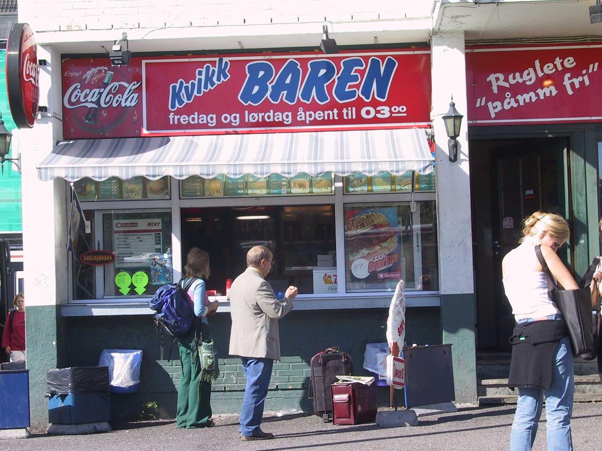 """Rutebilstasjonen i Arendal, kiosken """"Kvikk Baren"""", som ble berømt for sin rifla pommes frit. """"Ruglete påmm fri"""" er teksten på et skilt."""