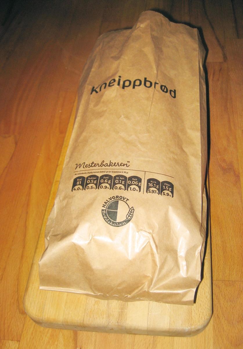 Brødposens utseende er meget enkel uten noe motiv. Brødets navn Kneippbrød står på forsiden.