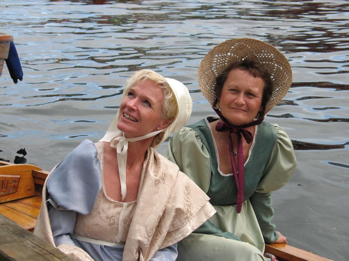 Kjæmpestaden 2005. Damer fra Tromøy i drakter fra ca. 1900, poserer  i pram innerst i Pollen. Kari Navestad tv, Ann Brit Sangvik th.